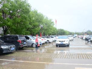 山西洪洞大槐树景区雨中美景:志愿者服务队