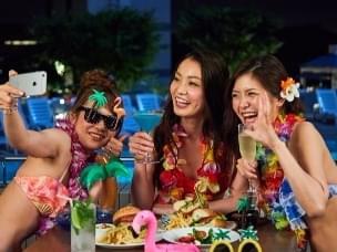 胖编怪聊:日本女子最近流行晚上去泳池,不游泳都在干这事