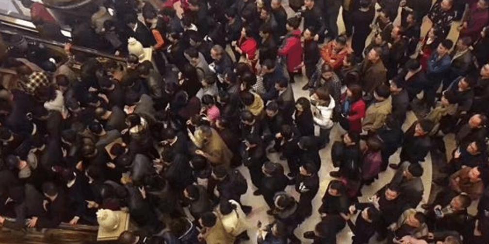 漳州市区一天四盘齐开 数千人抢房场面像春运