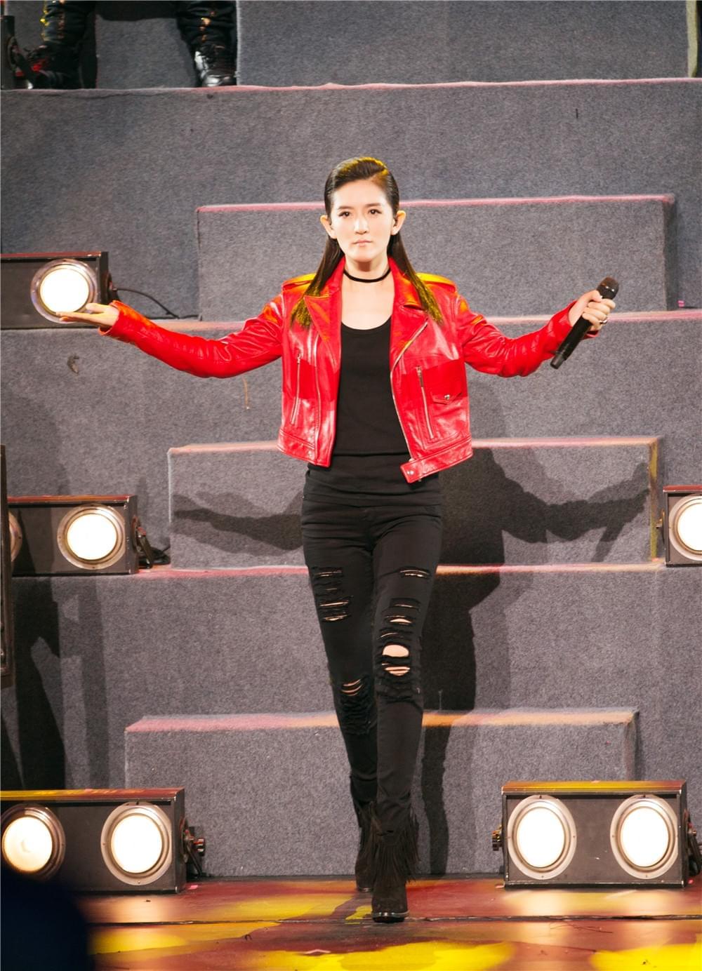 红衣黑裤亮眼!《跨界》谢娜玩儿说唱气场全开