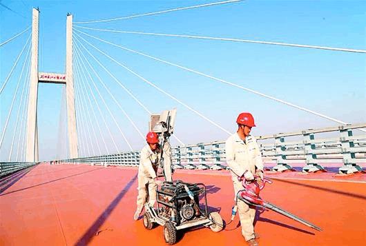 图说重点项目:蒙华铁路荆州长江公铁大桥路面施工