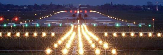 资料图:机场上的跑道灯。