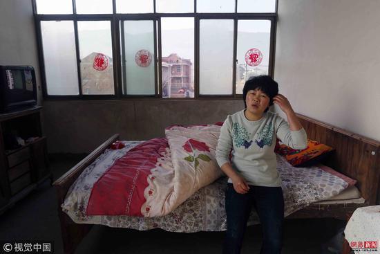 母亲去世弟弟读研 为照顾病父28岁农家女不敢远嫁/视觉中国