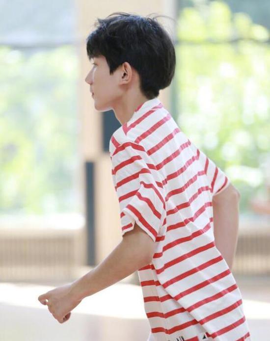王源篮球场奔跑活力满满:我可是追风的少年