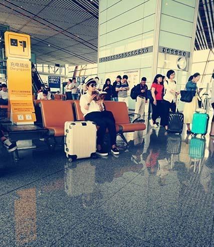"""海清机场看书被路人""""活捉""""  机场街拍无压力"""