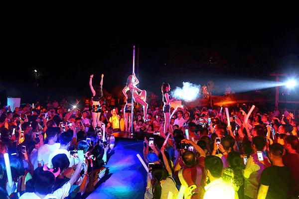 老君山音乐露营节激情狂欢  劲歌热舞点燃盛夏之夜