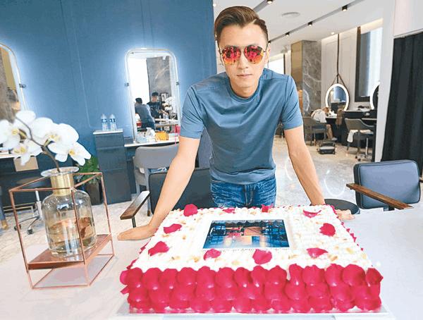 谢霆锋提前庆生 收玫瑰蛋糕耍酷拍照