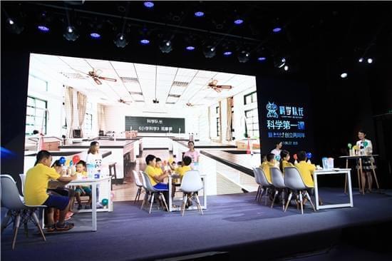 北京大学分子医学研究所博导、《科学队长小学版》生命科学课老师刘颖,以及她的三位博士生,给热爱科学的小朋友现场上了一堂生动的科学观摩课