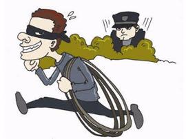 男子盗割电缆线遭盘查弃车而逃 民警赤脚追捕