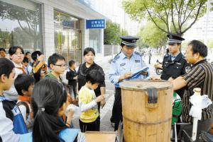 提升居民满意度 狮山罗村城管整治流动摊贩