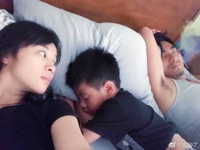 章龄之晒月子床照 父子熟睡画面显温馨