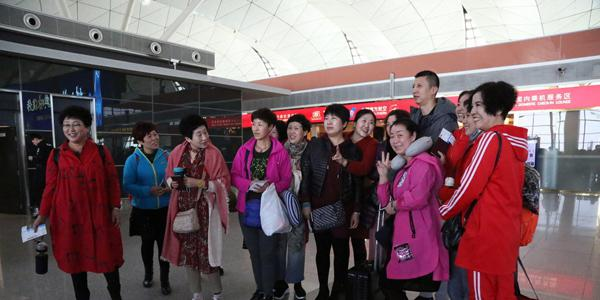 辽篮赴北京征战G4 大妈球迷在机场助威欢送