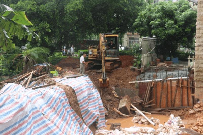 佛山一业主挖地3米修鱼塘危机20户安全 终于....