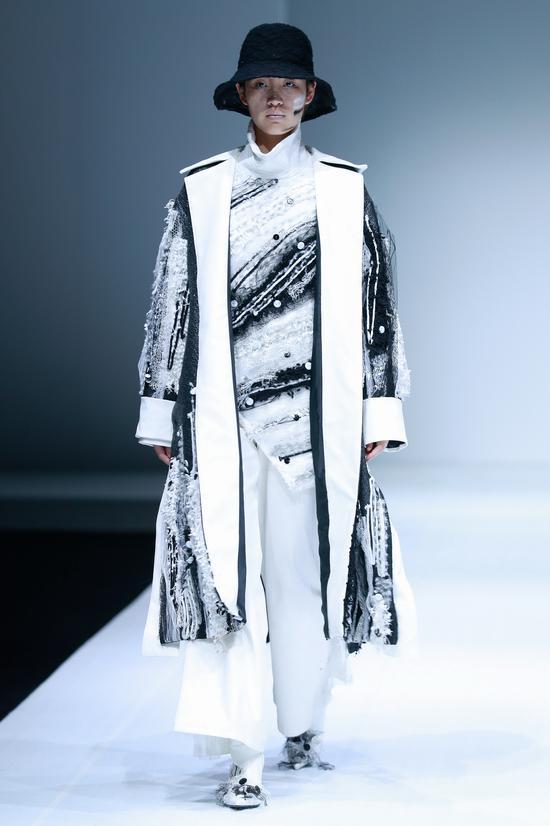 民族手工艺与现代工艺,民族元素与现代设计元素相结合,服装整体呈现出