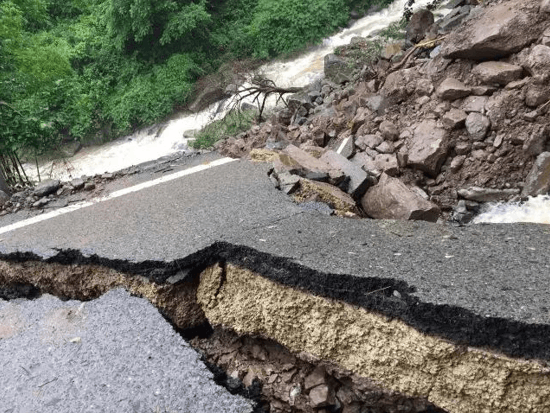 突发 | 山洪冲垮圣灯山公路 道路严重塌方坍陷