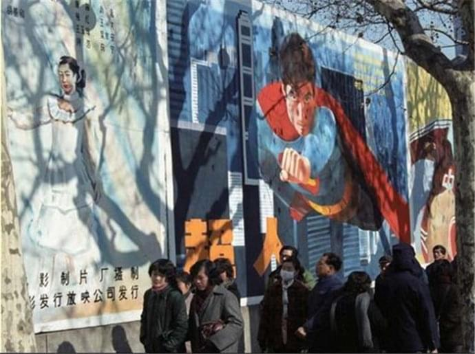 1988年上海街头一景:超人的电影海报,高价手绘款 (图片来源于网络)