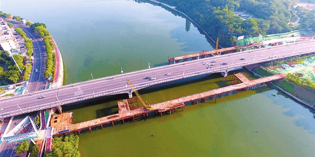 文明大道快速路杨梅渡大桥段加紧施工