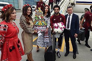 利物浦抵达基辅 乌美女献花萨拉赫