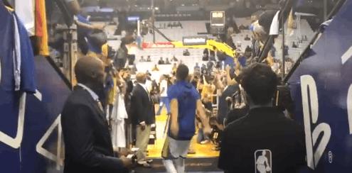 【影片】新賽季開始了!Curry的熱身模式開啟了 通道投籃穩穩命中