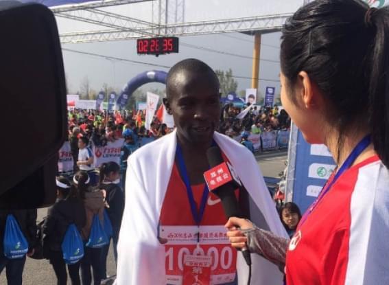 郑州电视台记者带你去看嵩山少林马拉松