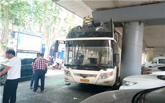 大巴载40多名学生撞上限高桥墩 4人受伤