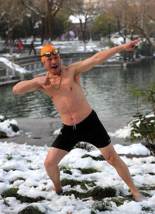 67岁网红泳友:从小失声 常学博尔特弯弓射大雕