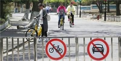 八大关共享单车来回穿行 被查扣的单车堆积如山