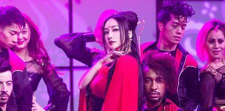 柳岩变身古装歌姬 跳贺年热舞