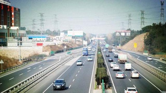 长沙公安交警提醒市民 25日出行尽量少开车