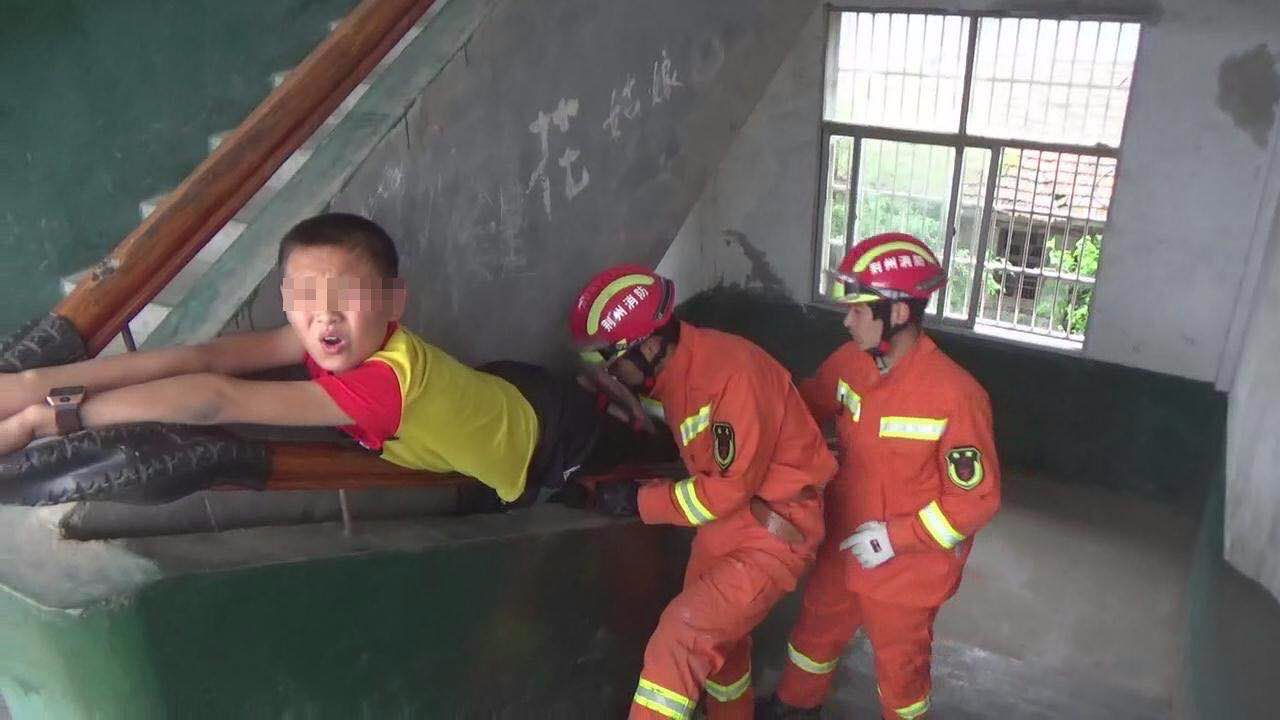 """监利顽皮男生玩""""滑滑梯""""卡住大腿 老师求助消防解危"""