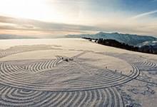 艺术家阿尔卑斯山上用脚踩雪绘巨