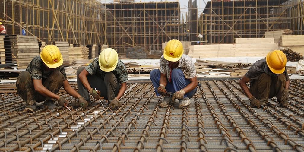 """北京""""城市副中心""""工地:工人徒手加固数万钢筋"""