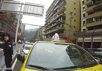 两小学生楼上扔石砸出租车 父母应管好熊孩子