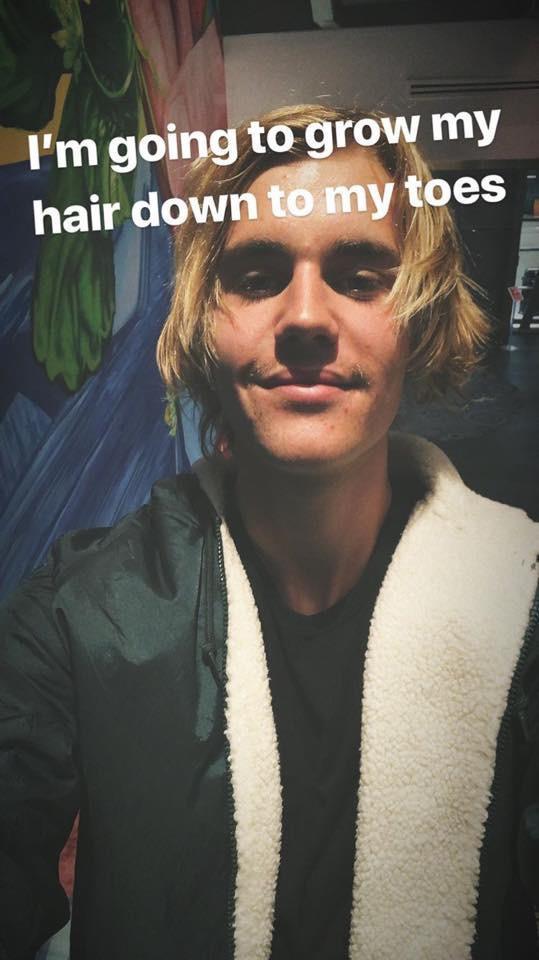 Justin Bieber拒剪短发:我要把头发留到脚趾那里