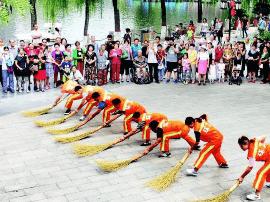 """街头""""快闪""""表演 助力文明城市创建"""