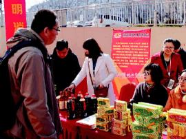 青岛市北多部门举行3·15宣传活动 真假酱油摇一摇便知