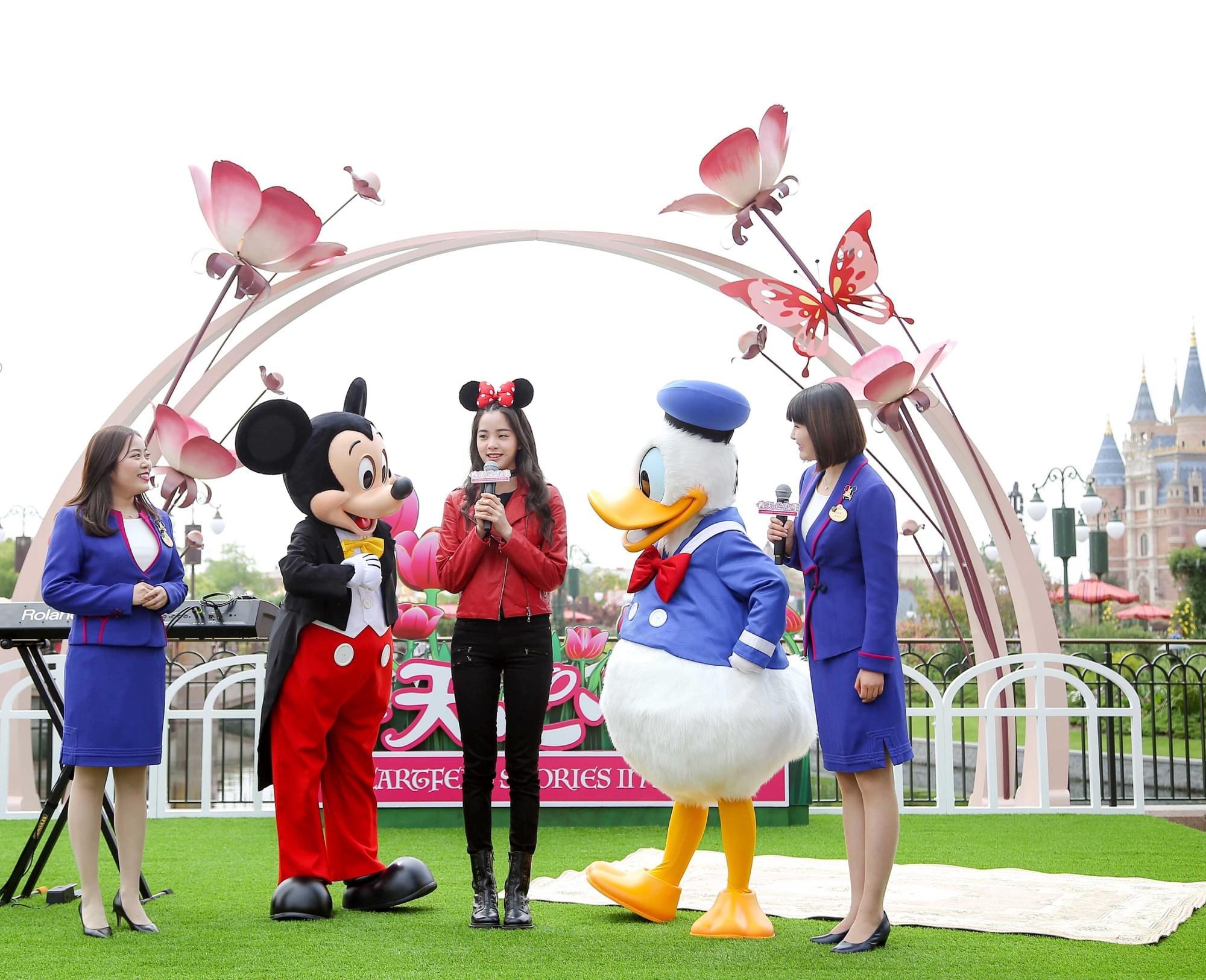 欧阳娜娜上海迪士尼与粉丝互动 透露新专辑消息
