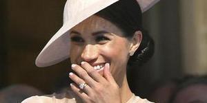 哈里夫妇婚后首露面 梅根穿薄纱礼服秀钻戒