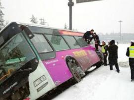雪天路滑 公交车侧倾排水渠 警民携手急救助