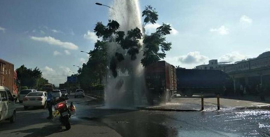 """坪山路面突现几米""""喷泉"""" 竟是货车倒车"""