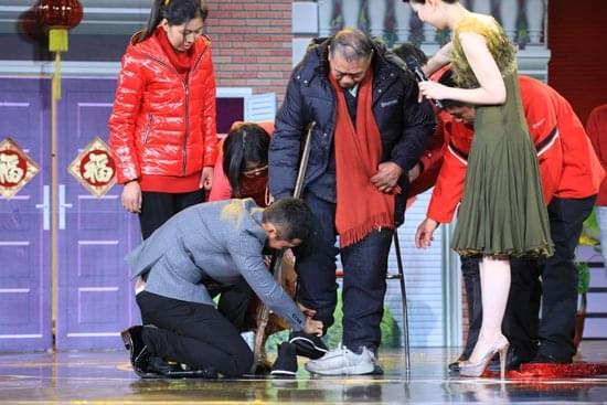 黄晓明跪地为修鞋爷爷穿鞋视频热传 网友:暖心