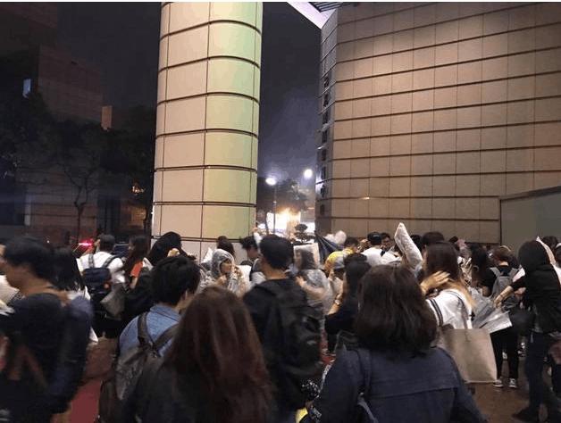 郑秀妍见面会赶上台风 粉丝父母在场馆外等候孩子