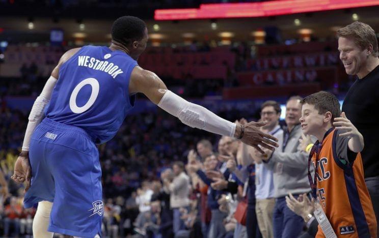 【影片】Westbrook神數據30年首現 用力過大?即興擊掌扇疼小朋友