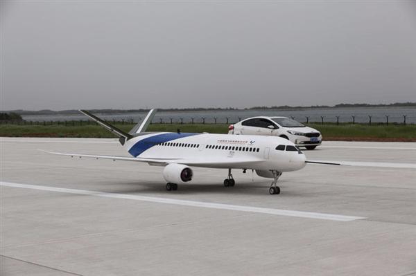 """中国商飞""""灵雀B""""缩比飞行验证机成功首飞"""