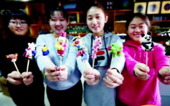 00后大学生捏面人 春节将在商场展示民俗工艺