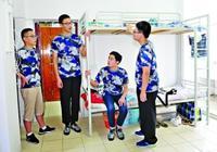 武汉:身高2米新生报到 学校为其定制加长床