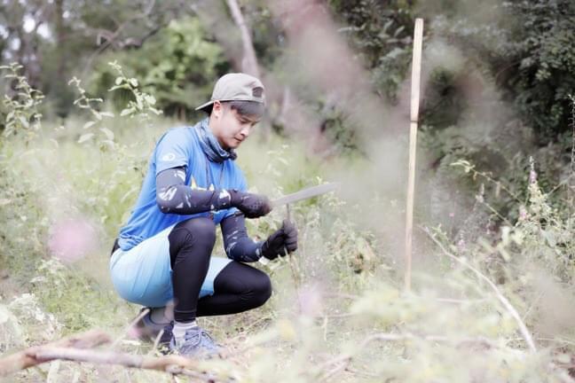 孤胆英雄!田亮爬千年老树取水 荒林求生直面危机