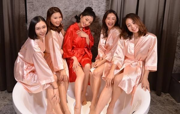 最美伴娘团与新娘浴缸秀美腿