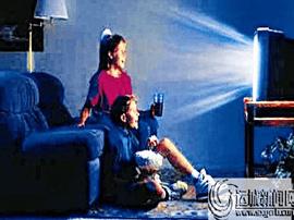 经常关灯看电视 容易造成青光眼
