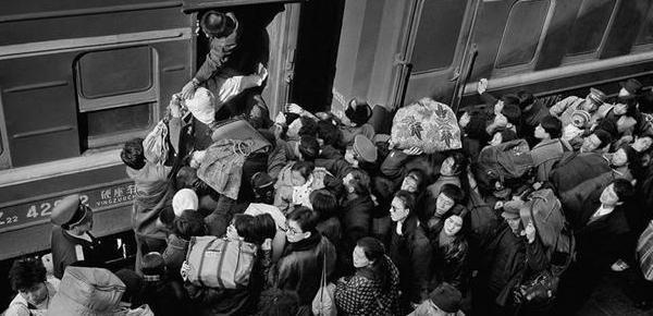 春运扎心瞬间!火车上中国人40年的大变迁